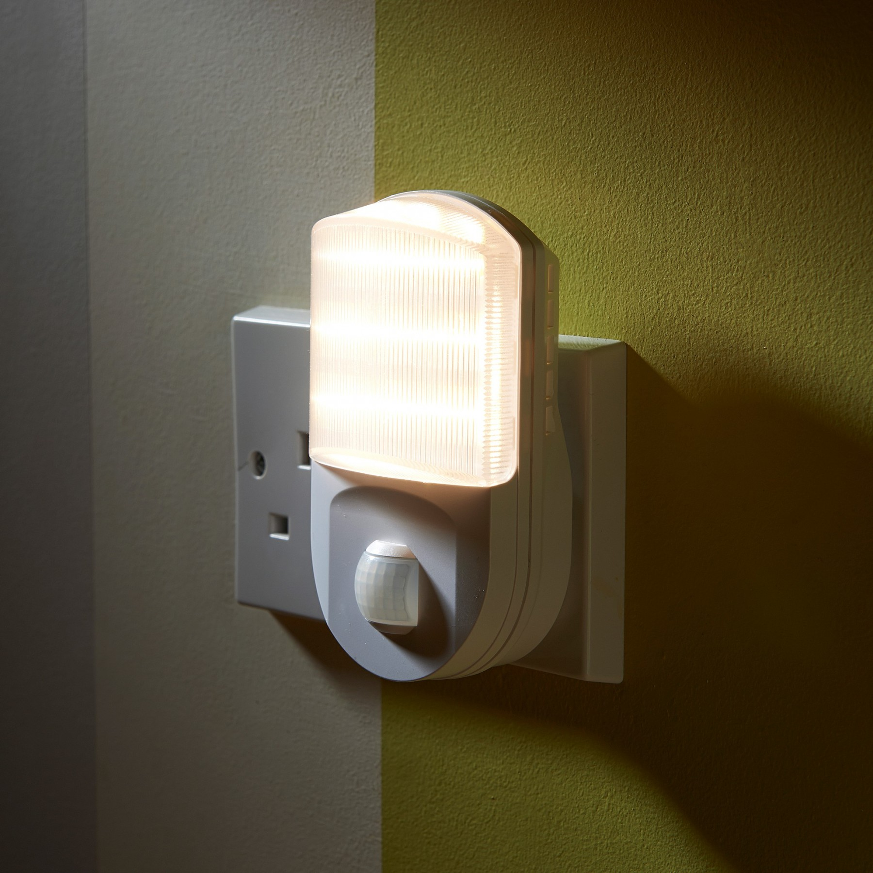 Super bright plug in pir motion sensor led night light for Night light design